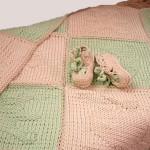 Детский плед из рельефных мотивов спицами